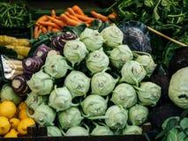 Opini?n ascendente cercana sobre verduras frescas en un mercado imagen de archivo libre de regalías