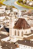 Opini?n de alto ?ngulo de la catedral de Salzburg tomada de una posici?n ventajosa fotografía de archivo libre de regalías