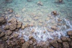 Opini?n de Ariel de la agua de mar clara transparente con las rocas, fondo hermoso de la naturaleza foto de archivo