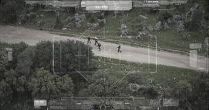 Opini?n de la c?mara del abej?n de vigilancia el pelot?n del terrorista que camina con las armas almacen de video