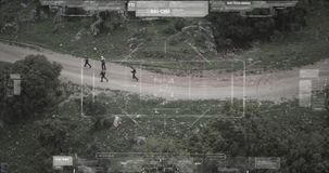 Opini?n de la c?mara del abej?n de vigilancia el pelot?n del terrorista que camina con las armas almacen de metraje de vídeo