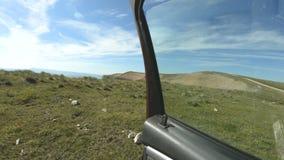 opini?n de la Primero-persona Salga el coche al borde rocoso del alto de la meseta en las montañas del Cáucaso Al borde de a almacen de video