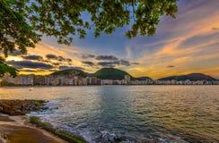 Opini?n de la puesta del sol de la playa de Copacabana en Rio de Janeiro, el Brasil fotos de archivo