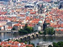 Opini?n del ojo de p?jaro del puente de Charles en Moldava Pragu Fotografía de archivo
