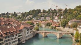 Opini?n del paisaje urbano sobre la ciudad vieja con el r?o y el puente en la ciudad de Berna en Suiza almacen de metraje de vídeo
