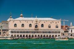 Opini?n del palacio del dux del Gran Canal en Venecia fotografía de archivo libre de regalías