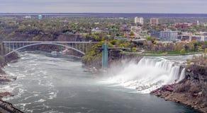 Opini?n del panorama de Niagara Falls del lado de Canad? con el puente fotos de archivo
