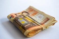 Opini?n del primer de un paquete de doblado 50 billetes de banco del euro fotos de archivo