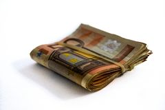 Opini?n del primer de un paquete de doblado 50 billetes de banco del euro imágenes de archivo libres de regalías
