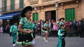 Opini?n del primer ni?os en los trajes verdes y negros del carnaval que bailan en la calle durante carnaval Arte Carnaval almacen de metraje de vídeo