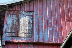 Opini?n detallada sobre un cortijo envejecido y abandonado en un d?a soleado imagenes de archivo