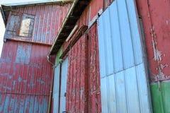 Opini?n detallada sobre un cortijo envejecido y abandonado en un d?a soleado fotografía de archivo libre de regalías