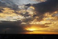 Opini?n dram?tica del panorama de la atm?sfera del cielo y de nubes crepusculares hermosos tropicales imagen de archivo libre de regalías