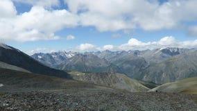 Opini?n esc?nica del canto de la monta?a Monta?as de Altai, Rusia almacen de video