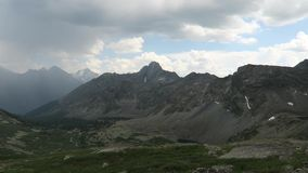 Opini?n esc?nica ocultada del valle pintoresco de la monta?a Relámpago cogido en el vídeo en las montañas de Altai almacen de metraje de vídeo