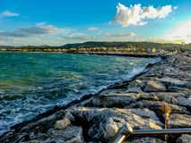 opini?n hermosa del mar Largo camino a lo largo de piedras fotografía de archivo