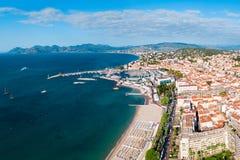 Opini?n panor?mica a?rea de Cannes, Francia imagenes de archivo