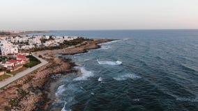 Opini?n a?rea de la costa de mar El volar sobre la isla Paisaje Mar Mediterr?neo y la costa Chipre Centro tur?stico de la ciudad  metrajes