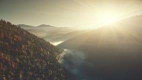 Opini?n a?rea de la niebla baja del paisaje del paisaje de la monta?a almacen de video