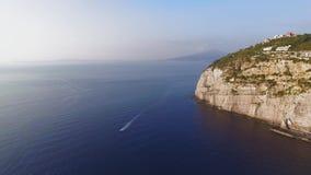 Opini?n a?rea de la playa de la meta de la costa de Sorrento, concepto del viaje, espacio de la puesta del sol para el texto, via almacen de metraje de vídeo