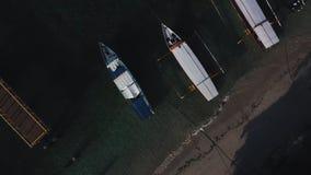 Opini?n a?rea del abej?n de los barcos anclados en la bah?a con agua del claro y de la turquesa almacen de metraje de vídeo