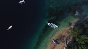 Opini?n a?rea del abej?n de los barcos anclados en la bah?a con agua del claro y de la turquesa almacen de video