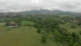 Opini?n a?rea del campo impresionante con el valle y ?rboles verdes, colinas y prados almacen de metraje de vídeo