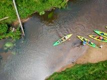 Opini?n a?rea del Kayaker del r?o Sportsmans en los kajaks que se baten en el río escénico imagen de archivo