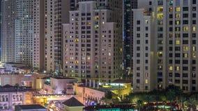 Opini?n a?rea la playa y los turistas que caminan en JBR con el timelapse de la noche de los rascacielos en Dubai, UAE almacen de video