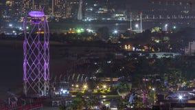 Opini?n a?rea la playa y los turistas que caminan en JBR con el timelapse de la noche de los rascacielos en Dubai, UAE almacen de metraje de vídeo