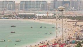 Opini?n a?rea la playa y los turistas que caminan y que toman el sol el d?a de fiesta en timelapse de JBR en Dubai, UAE almacen de metraje de vídeo