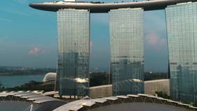 Opini?n a?rea Marina Bay Sands que revela horizonte de la ciudad de Singapur tiro Marina Bay Sands Singapore del vuelo a?reo metrajes