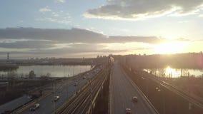 Opini?n a?rea sobre el puente del tr?fico sobre el r?o en d?a soleado del oto?o, coches en el puente almacen de metraje de vídeo