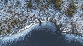 Opini?n a?rea sobre el r?o con el hielo de fusi?n, tiempo soleado de la primavera con nieve fotos de archivo libres de regalías
