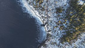 Opini?n a?rea sobre el r?o con el hielo de fusi?n, tiempo soleado de la primavera con nieve fotografía de archivo