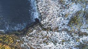 Opini?n a?rea sobre el r?o con el hielo de fusi?n, tiempo soleado de la primavera con nieve fotos de archivo