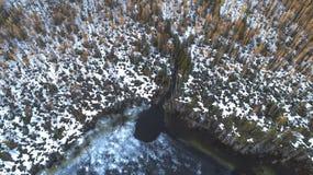 Opini?n a?rea sobre el r?o con el hielo de fusi?n, tiempo soleado de la primavera con nieve foto de archivo