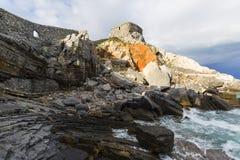 Opini?n sobre Byron Grotto en la bah?a de poetas, Portovenere, italiano Riviera imágenes de archivo libres de regalías