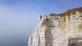 Opini?n superior los turistas que se colocan en el pico del acantilado blanco en el mar acci?n Vistas espectaculares del acantila metrajes
