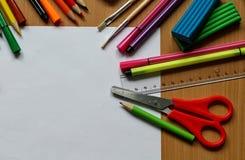 Opini?n superior sobre la tabla con la hoja de papel en blanco De nuevo a concepto de la escuela con el espacio para el texto Pin fotografía de archivo