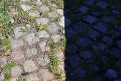 Opini?nes cercanas detalladas sobre las calles y las aceras del guijarro en perspectivas distintas foto de archivo