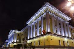 Opini?o bonita da noite de Admirality em St Petersburg as lanternas criam a iluminação colorida para o marco proeminente do russo imagem de stock