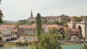 Opini?o da arquitetura da cidade na cidade velha com rio e na ponte na cidade de Berna em Su??a video estoque