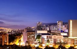 Opini?o da noite ou paisagem panor?mico de surpresa da cidade de Medellin em Col?mbia, com skybuildings e parques fotografia de stock