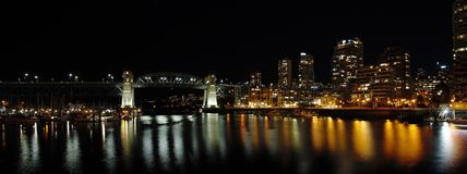 Opini?o da noite da ponte de Burrard fotografia de stock royalty free