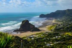 Opini?o da praia de Piha da vigia com o c?u azul com nuvens brancas acima, Northland, ilha norte, Nova Zel?ndia imagem de stock royalty free