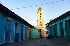 Opini?o da rua da cidade velha de Trinidad com casas coloridas, Cuba imagens de stock