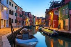 Opini?o da rua com constru??es coloridas na ilha de Burano, Veneza, It?lia Arquitetura e marcos de Burano, cart?o de Veneza sceni imagem de stock royalty free