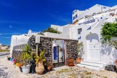 Opini?o da rua da vila de Fira na ilha de Santorini, Gr?cia foto de stock royalty free