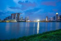 Opini?o da skyline da cidade de Singapura de Marina Barrage na cidade de Singapura foto de stock royalty free